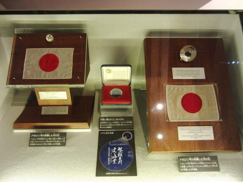 国立科学博物館で展示されている月の石 wikipedia