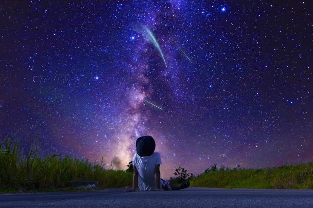 銀河を見上げる人