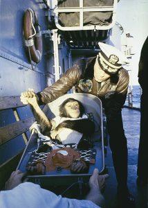 ハムは回収船USS Donner (LSD-20)の船長に迎えられるシーン wikipedia