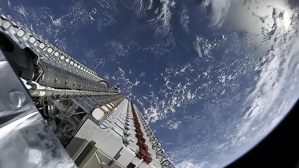スターリンク 60基の衛星の打ち上げ(母機分離前)wikipedia