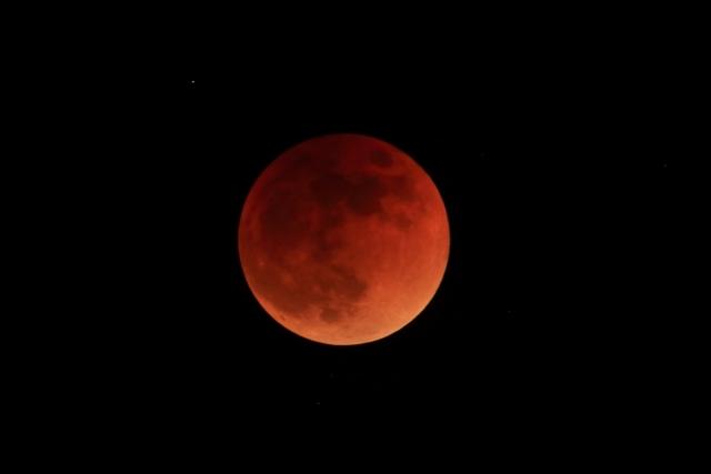 満月と皆既月食 f